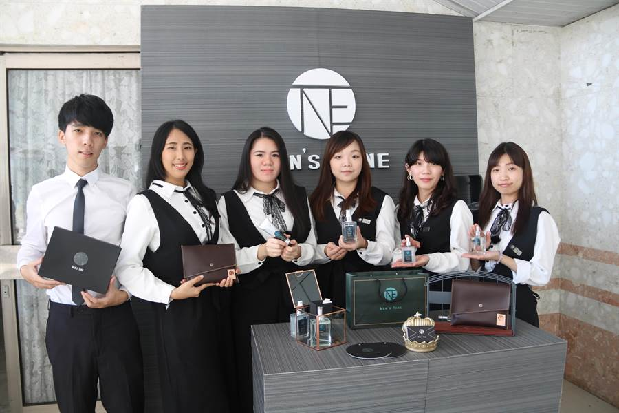 弘光妝品系學生用蕎麥研發男性保養品。(陳淑娥攝)