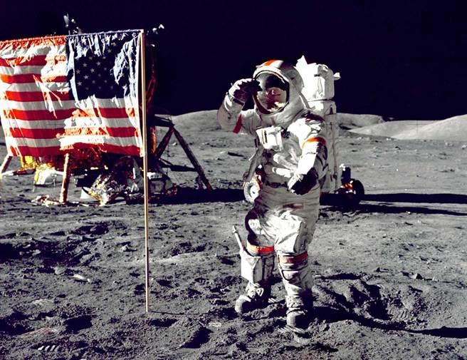 阿波羅17號是最後一次登月任務,賽南在這次任務中留下向美國國旗敬禮的照片。(圖/美國太空總署)