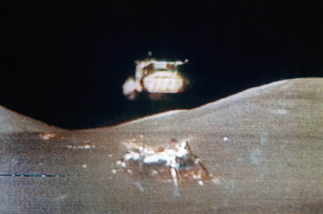 人類離開月球的最後一刻,登月艙的上半部脫離月球表面,這段畫面是留在月球上的月球車所拍攝並數位回傳的。(圖/美國太空總署)