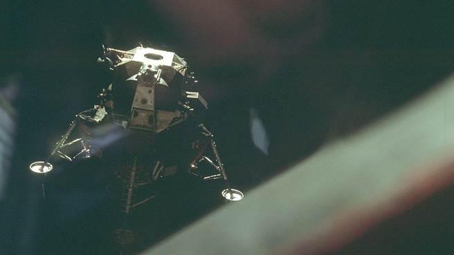 阿波羅10號計畫進行登月過程的全試驗,從查理布朗號指揮艙上看到的史奴比號登月艙。這是太空計畫中唯一一次以漫畫人物做太空船的名字。(圖/美國太空總署)