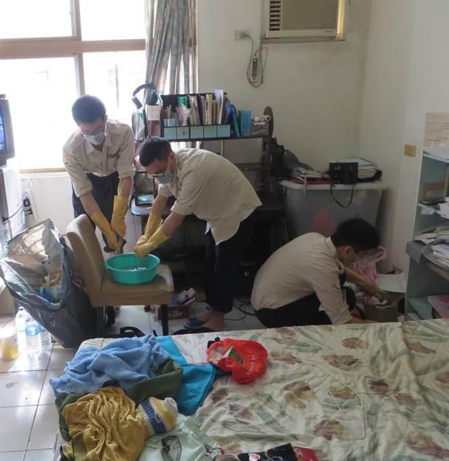 替代役幫忙獨居長者打掃。(葉書宏翻攝)