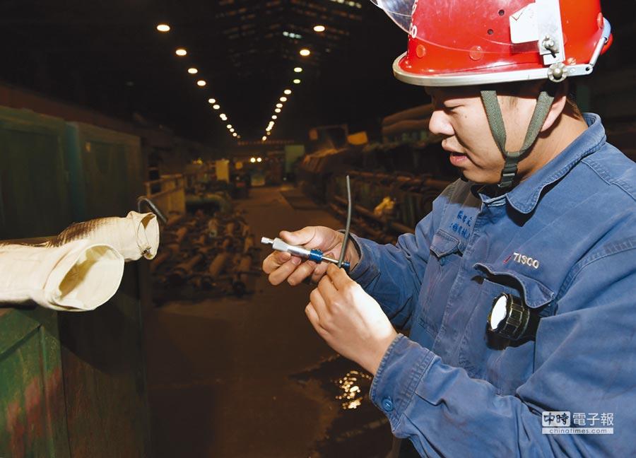 太鋼研發生產的圓珠筆頭用不銹鋼新型材料,近日成功應用於製筆廠。圖/新華社
