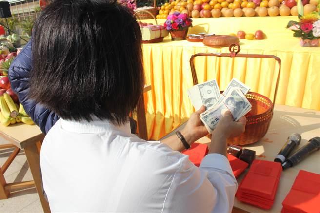 九龍三清殿也發出各國的貨幣給在國外作生意的信徒,期望新的一年為台灣賺回世界各國的錢。(程炳璋攝)