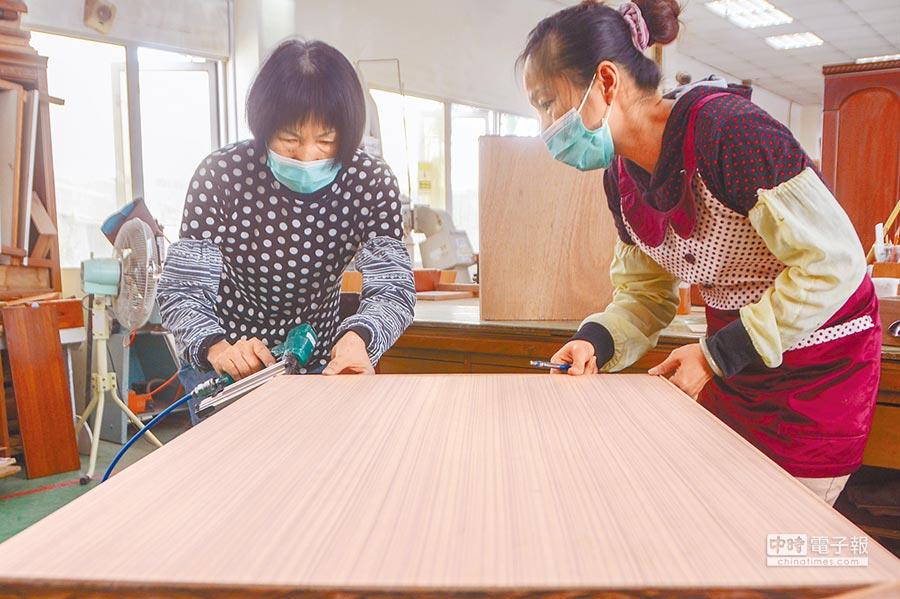 高市环保局将旧家具重新整修,以便宜价格卖给需要的民眾。(林宏聪摄)