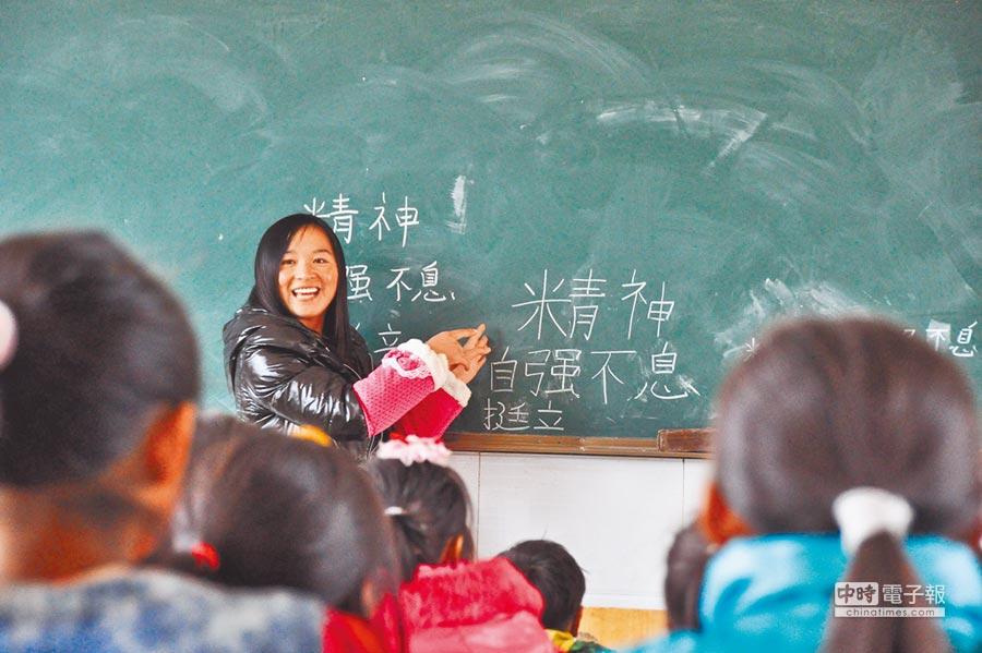 大陸教師薪資低,師範院校招不到學生。圖為四川課堂上孩子們聽老師講課。(新華社)