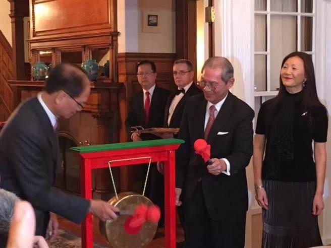 雙橡園18日的音樂晚宴由前行院長游錫堃(左)和駐美代表高碩泰(右)共同揭幕(江靜玲攝)