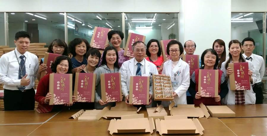 小港醫院搶攻年節伴手禮市場,推出健康低糖、高纖「港醫元氣纖餅」。(柯宗緯攝)