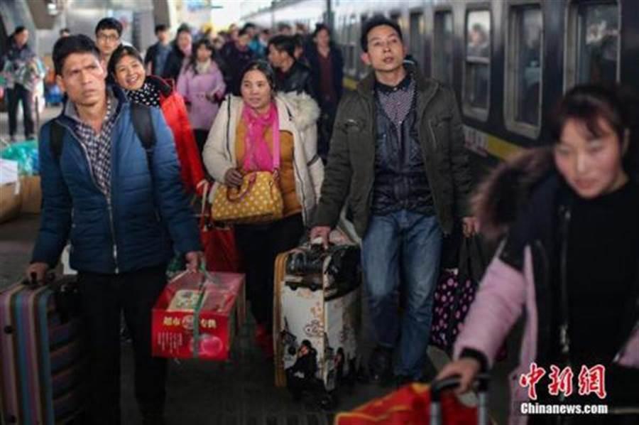在大陸搭乘火車如果行為不檢,將被列入黑名單。(中新網)