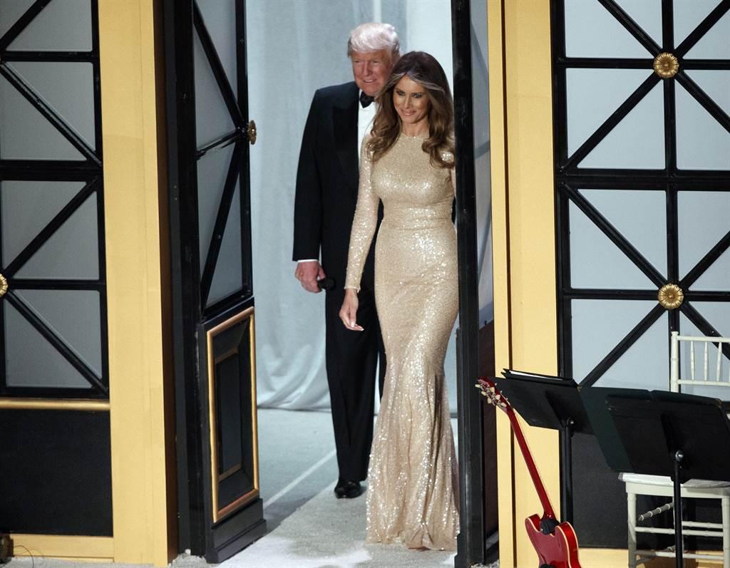 美國準總統川普19日與艷光照人的現任妻子梅蘭妮亞出席為金主舉行的VIP接待會與晚宴。(圖/美聯社)