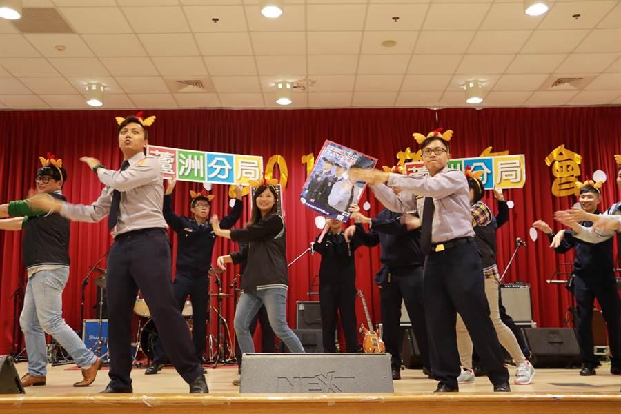 蘆洲警分局警員們戴上精心設計的雞造型頭飾,以詼諧逗趣的舞蹈表演,進行防竊、防搶、反詐騙等犯罪預防宣導活動。(譚宇哲翻攝)