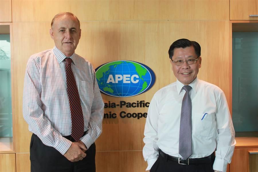 駐新加坡台北代表處代表梁國新(右)20日拜會亞太經濟合作會議(APEC)秘書處執行長波拉德(Alan Bollard)(左),就APEC相關議題交換意見。(駐新加坡台北代表處提供)中央社記者黃自強新加坡傳真 106年1月20日