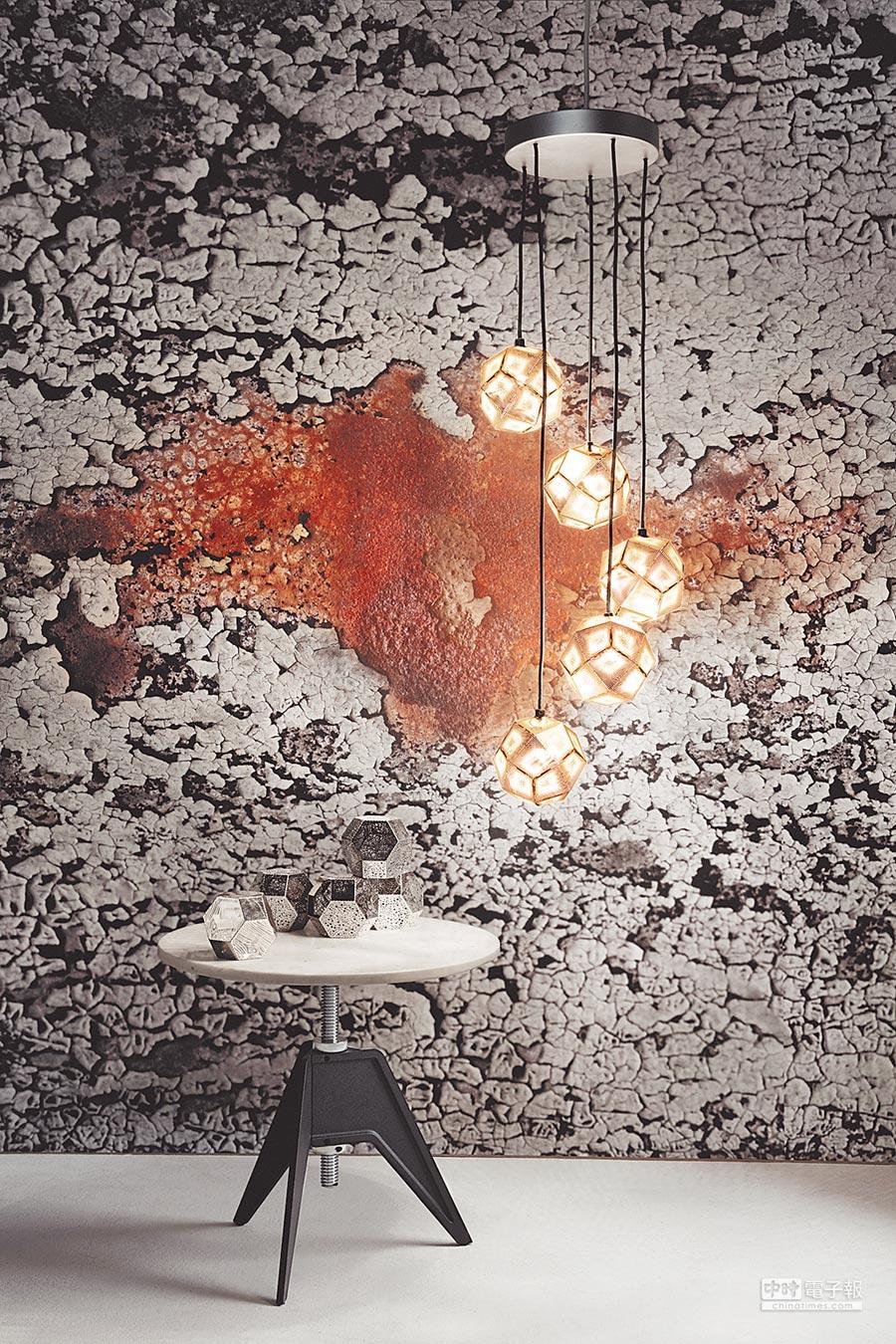 设计名家Tom Dixon话题款的Etch迷你水晶灯,在科隆展出银色系列,让家里可充满时尚感,台湾由MOT引进。