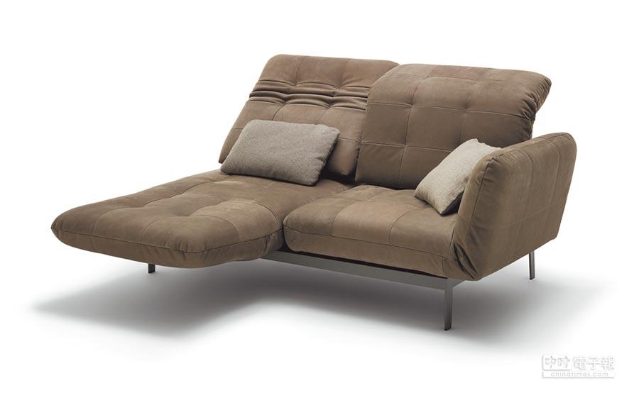 德国家具名厂Rolf Benz展出双人椅Agio,靠背、扶手处都可藉由机件改变方向,椅子可配合个人姿势喜好换形状,甚至摊成一张床。