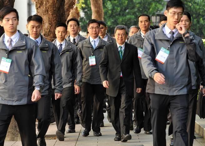 年金改革國是會議22日在總統府登場,開幕典禮後,副總統陳建仁(中)步行前往國史館,出席分組會議。(劉宗龍攝)