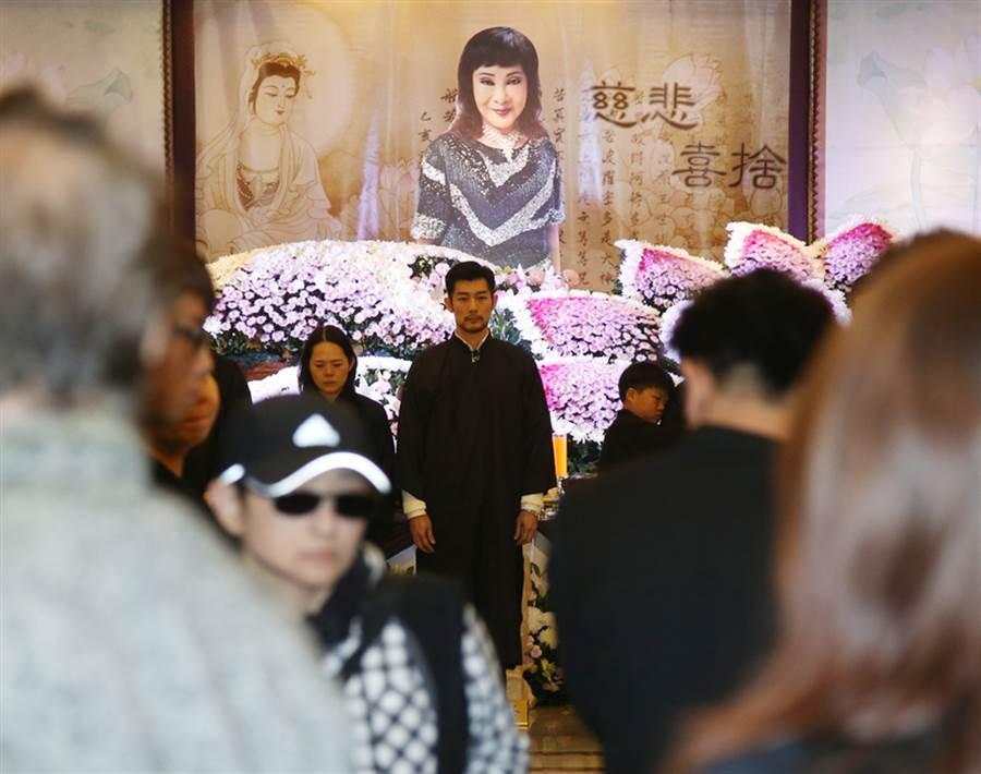 歌仔戏界「四大天王」之一的「小明明」巫明霞享年75岁,22日举行公祭告别式,小明明儿子施易男(后中)神情憔悴,在追思影片中他说,「只要有来生,都愿意当妈妈的小孩」。中央社记者张新伟摄 106年1月22日