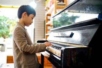 遊藝小棧啟用 大洲國小32年老鋼琴重生