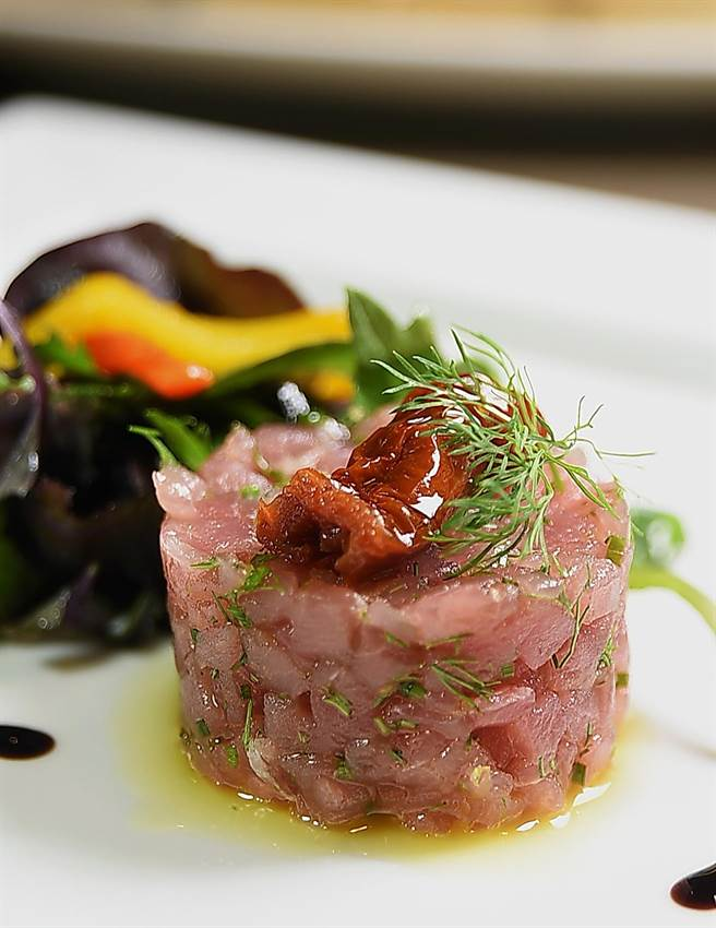 戴比達用手工將新鮮鮪魚切成方丁製作的「鮪魚塔塔」,比用機器攪拌的更有口感與風味。(圖/姚舜攝)
