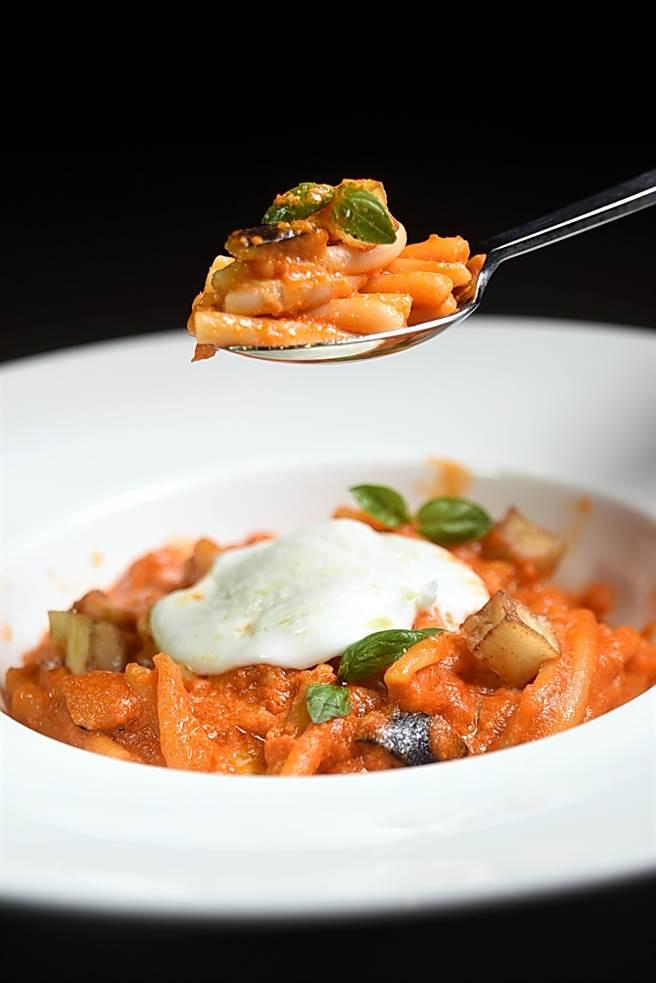 用新鮮番茄作的紅醬炒製的義大利麵,風味自然甘酸、不會死鹹,且顏色橙黃。(圖/姚舜攝)