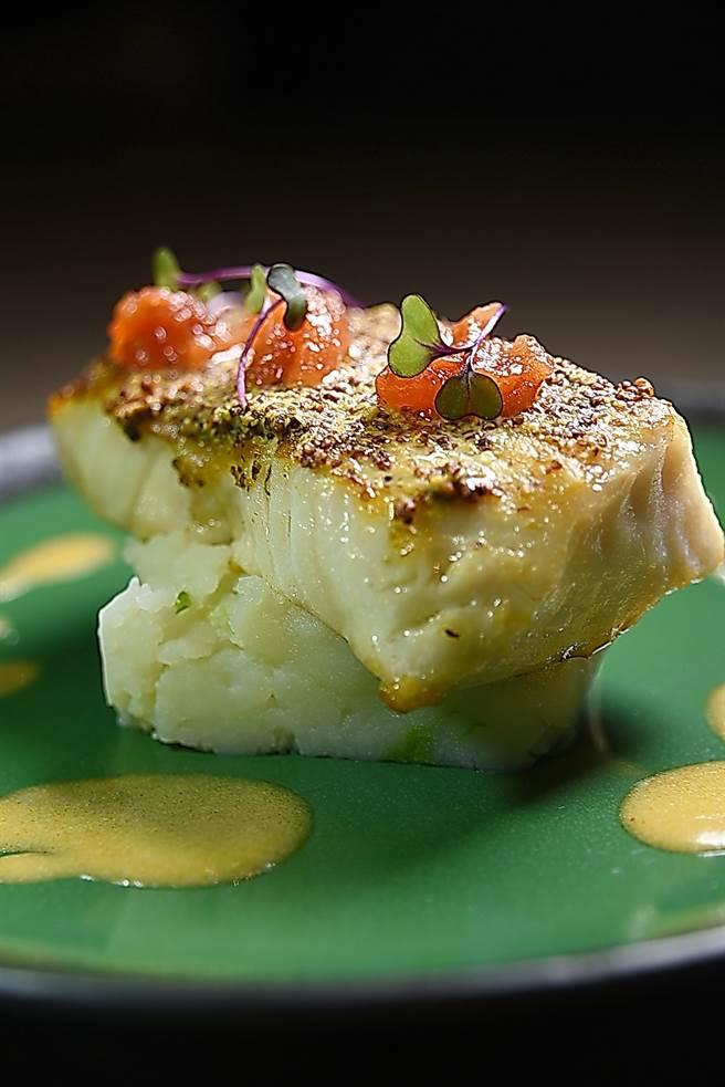 〈香煎圓鱈〉除了用融入起司的醬汁提味,表層還塗敷了一層的戎芥籽,故油脂豐富的魚排風味更有層次。(圖/姚舜攝)