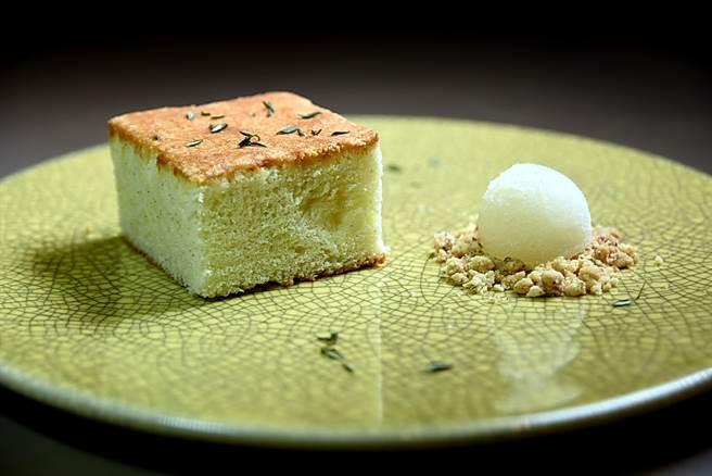 橄欖油蛋糕〉甜鹹交織,是「義大利老奶奶」的味道。(圖/姚舜攝)