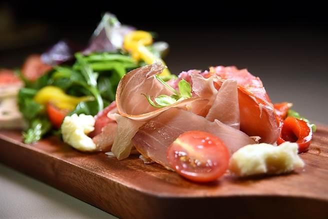 戴比達為〈馬可波羅〉設計的綜合前菜盤,會有各式義大利沙拉米、臘腸和起司。(圖/姚舜攝)
