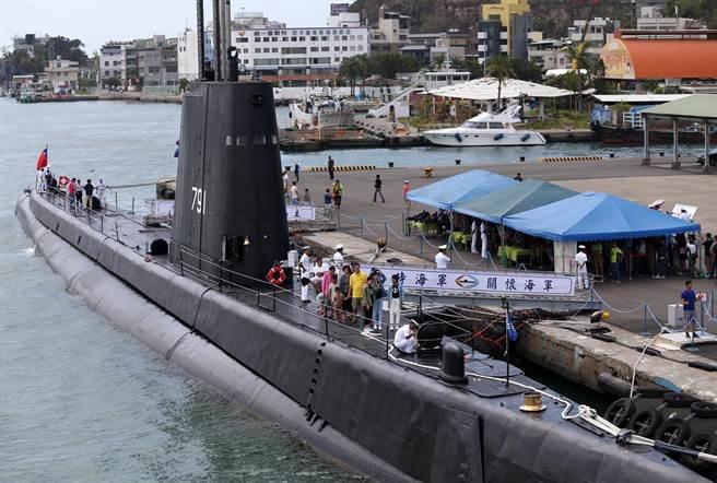 海軍2016年9月18日開放民眾參觀高雄新濱碼頭營區,現場展出服役超過70年、全球最老的現役茄比級海獅號潛艦,吸引許多民眾大排長龍登艦參觀。(圖/王錦河)