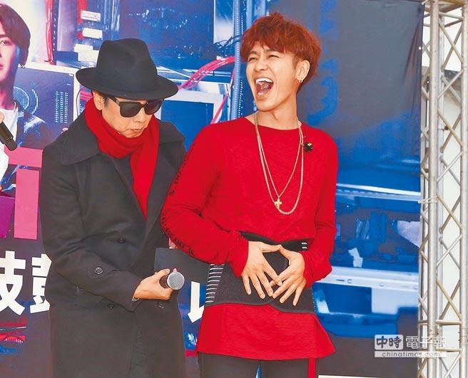 曹西平(左)送束腹給鼓鼓,希望他跳舞也能照顧好腰部。(粘耿豪攝)