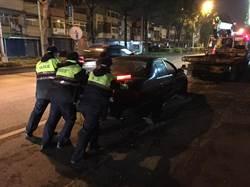 女車輛沒油拋錨導致道路阻塞 員警合力推車