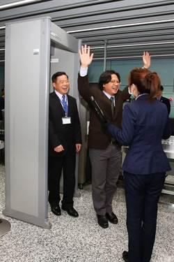 葉俊榮赴桃機慰問同仁 高舉雙手過安檢搞笑