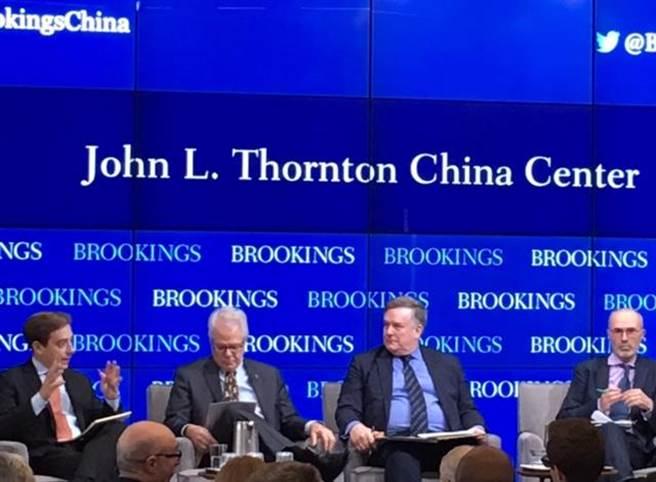 中國問題專家蘭普頓(左二)和前白宮亞太資深主任韋德寧出席華府智庫布魯金斯研究所座談會討論川普政府和中國19大。(江靜玲攝)