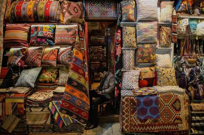 迷宮一般的大巴扎擁有4400多間店鋪,最搶眼的莫過於各色手繪的工藝瓷盤、瓷花瓶和手工地毯。(美聯社)