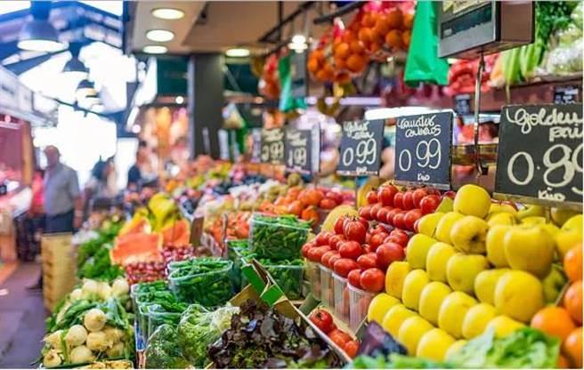 博蓋利亞市場據稱是歐洲最大的菜市場,店家將水果、蔬菜、糖果擺得整齊又富韻律。(美聯社)