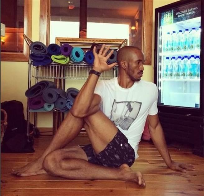 扭轉後視式(半脊髓扭轉式),大腿放地板上的那隻腳可以伸直。(圖片取自Instagram@richard_rhucasey81)
