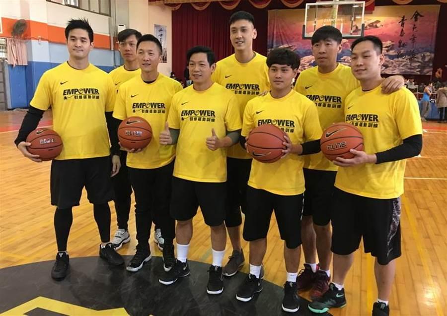 由許皓程主導的EMPOWER籃訓營教練團陣容豪華,26日就連前中華隊總教練許晉哲、林志傑、田壘等人都來助陣。(黃及人攝)