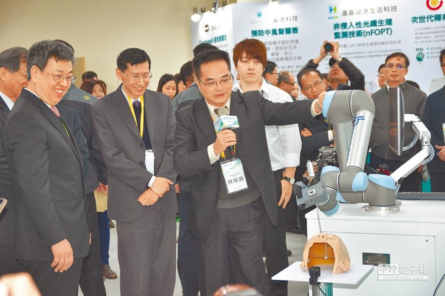 陳建仁副總統(左)出席「生醫產業創新推動方案執行中心」揭牌,現場了解生醫產業的研究與成果。(莊旻靜攝)
