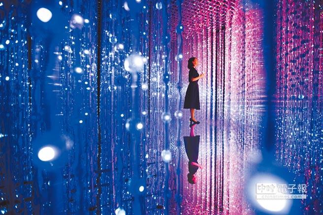 超人氣作品〈水晶宇宙〉運用數萬顆LED燈結合光影技術,絢爛宇宙讓人目不轉睛。(時藝多媒體提供)