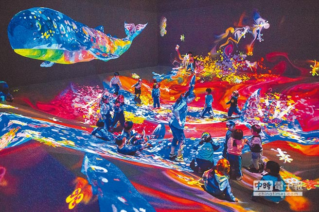 teamLab首次嘗試將〈塗鴉大自然〉設置於四面立體斜面環繞的場景中,營造視覺新體驗。(時藝多媒體提供)