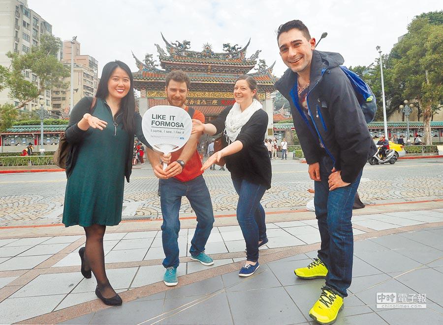 一群年輕人為提供外國旅客步行導覽服務的平台,成立「Like It Formosa 來去福爾摩沙」,提供外國旅客「免費步行導覽」服務。(趙雙傑攝)