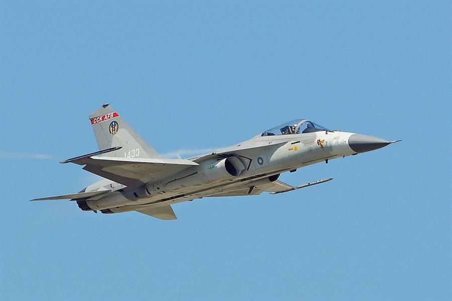 由IDF戰機降級改造成教練機,並沒有軍方說的那麼簡單。(圖/中華民國空軍)