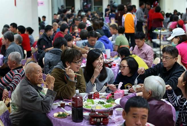 高雄鳳山新城除夕圍爐席開70桌,許多眷村住戶全家一同參與,共度除夕夜。(王錦河攝)