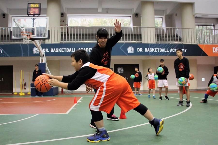 馬怡鴻退役擔任公益鄭志龍籃球學院教練。(Dr.BB提供)