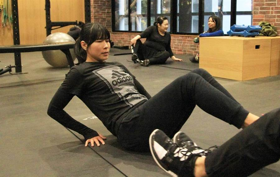 馬怡鴻雙人腹部核心訓練。(林宋以情攝)