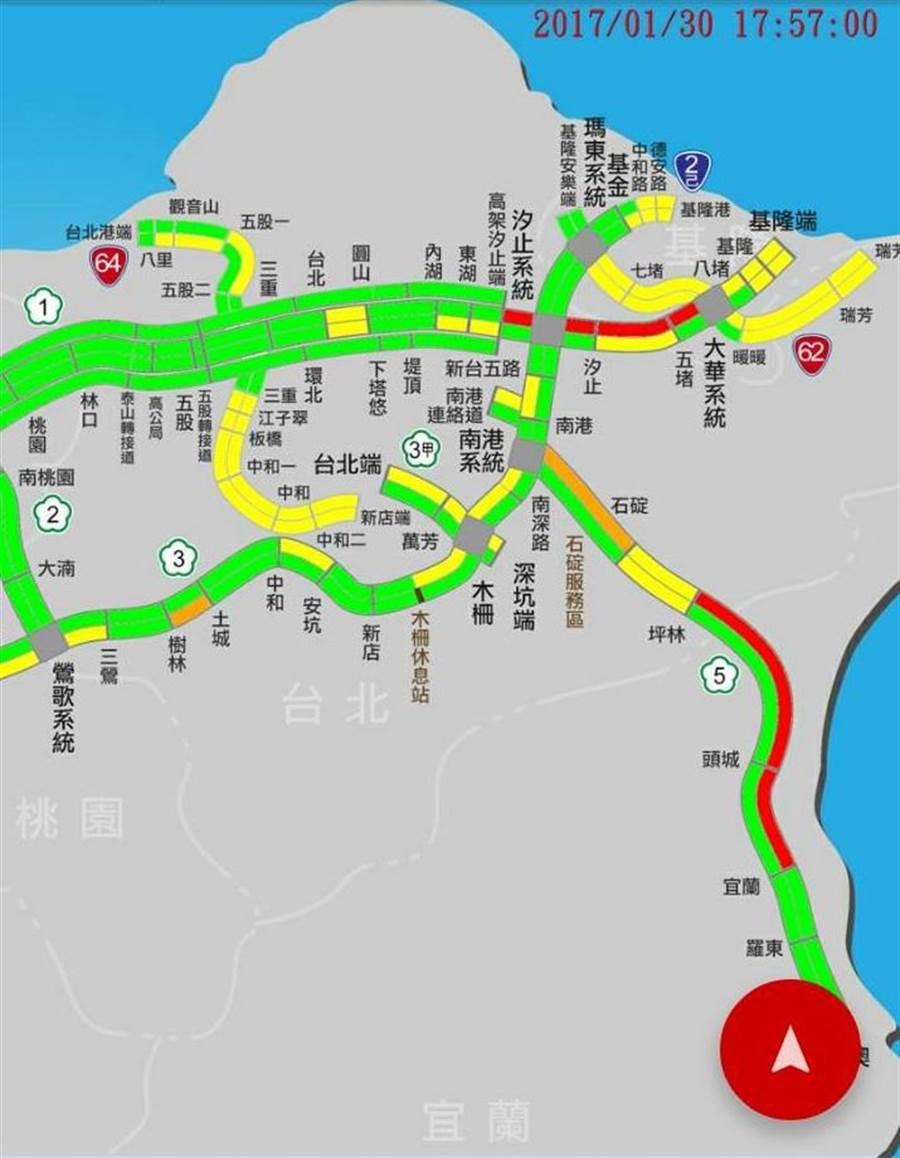 國道5號自中午出現北返車潮,雪隧逐漸出現多回堵,傍晚時回堵車流達6.5公里長。(翻攝照片)