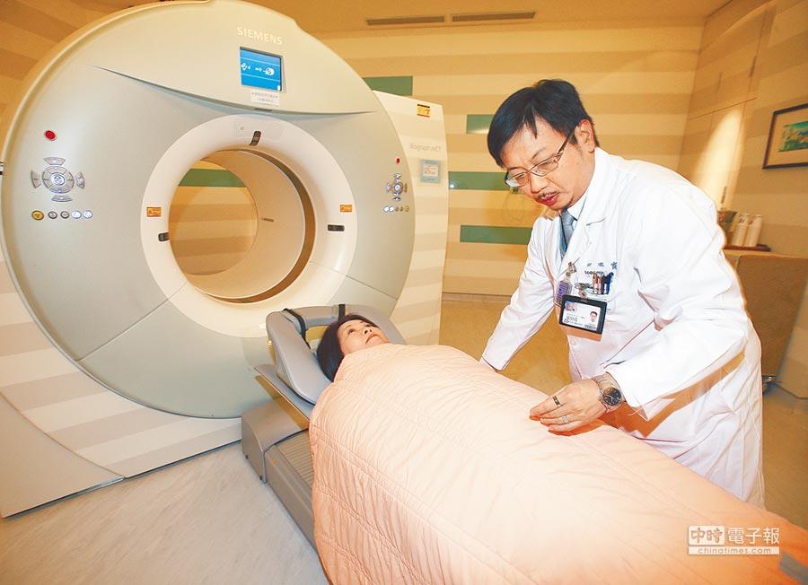 圖為醫院健診中心安排健診民眾進行斷層掃描。(陳怡誠攝)