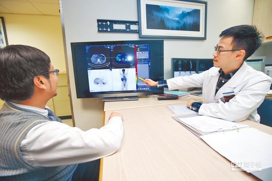 圖為醫院健診中心的專科醫生為健診民眾解說斷層掃描的結果。(陳怡誠攝)