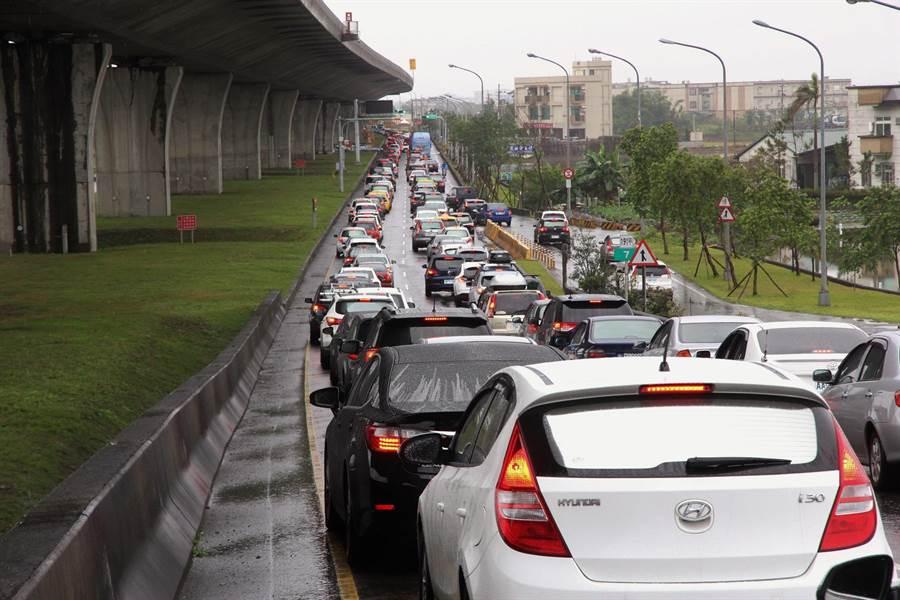 國5今上午再湧北返車潮,宜蘭4個交流道匝道都陸續出現回堵,排隊車龍綿延數公里長,幸好未影響市區交通。(簡榮輝攝)