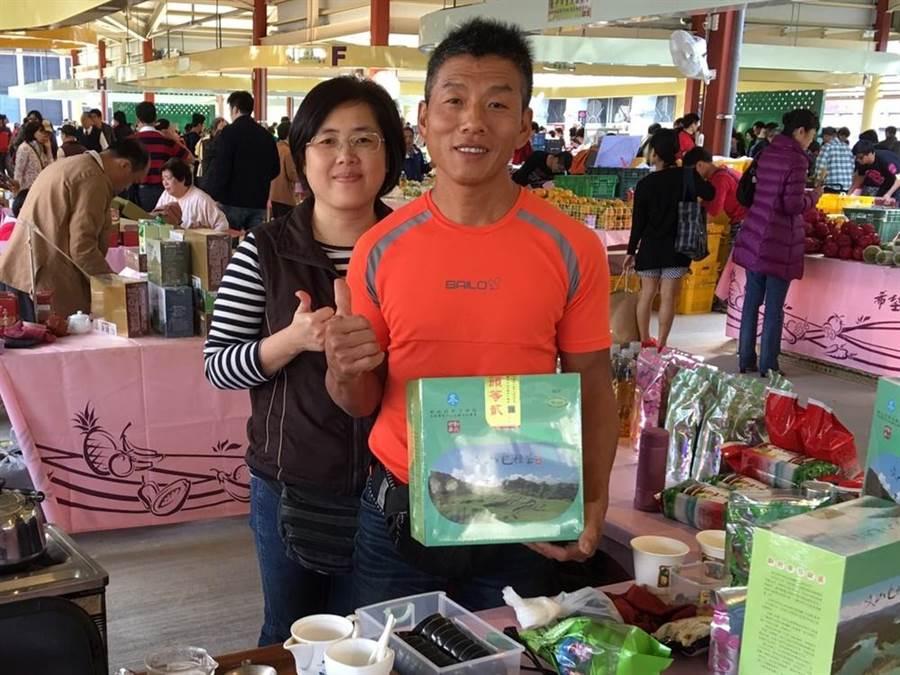石碇茶農葉文鵬(右)曾是蔬果雕大師,返鄉製茶後,將家族製茶功夫發揚光大。(葉德正翻攝)