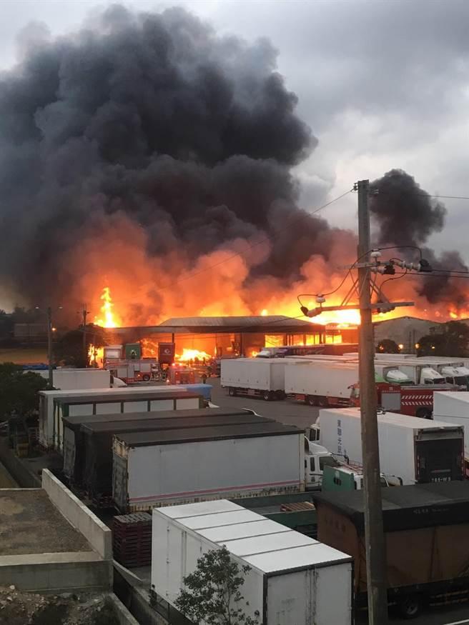 物流業倉庫發生火警。(楊明峰翻攝)