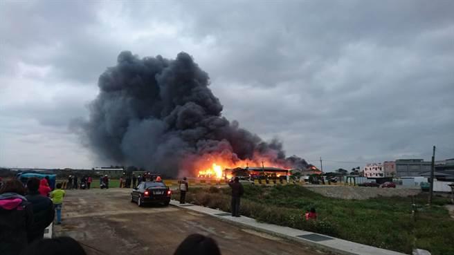 物流業倉庫發生火警,濃煙不斷從裡頭竄出。(楊明峰翻攝)