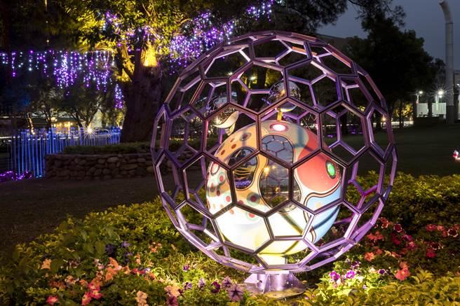 「2017新竹過好年」系列活動,在護城河周邊設裝置藝術,「愈夜愈美麗」,廣受好評。(新竹市政府提供)